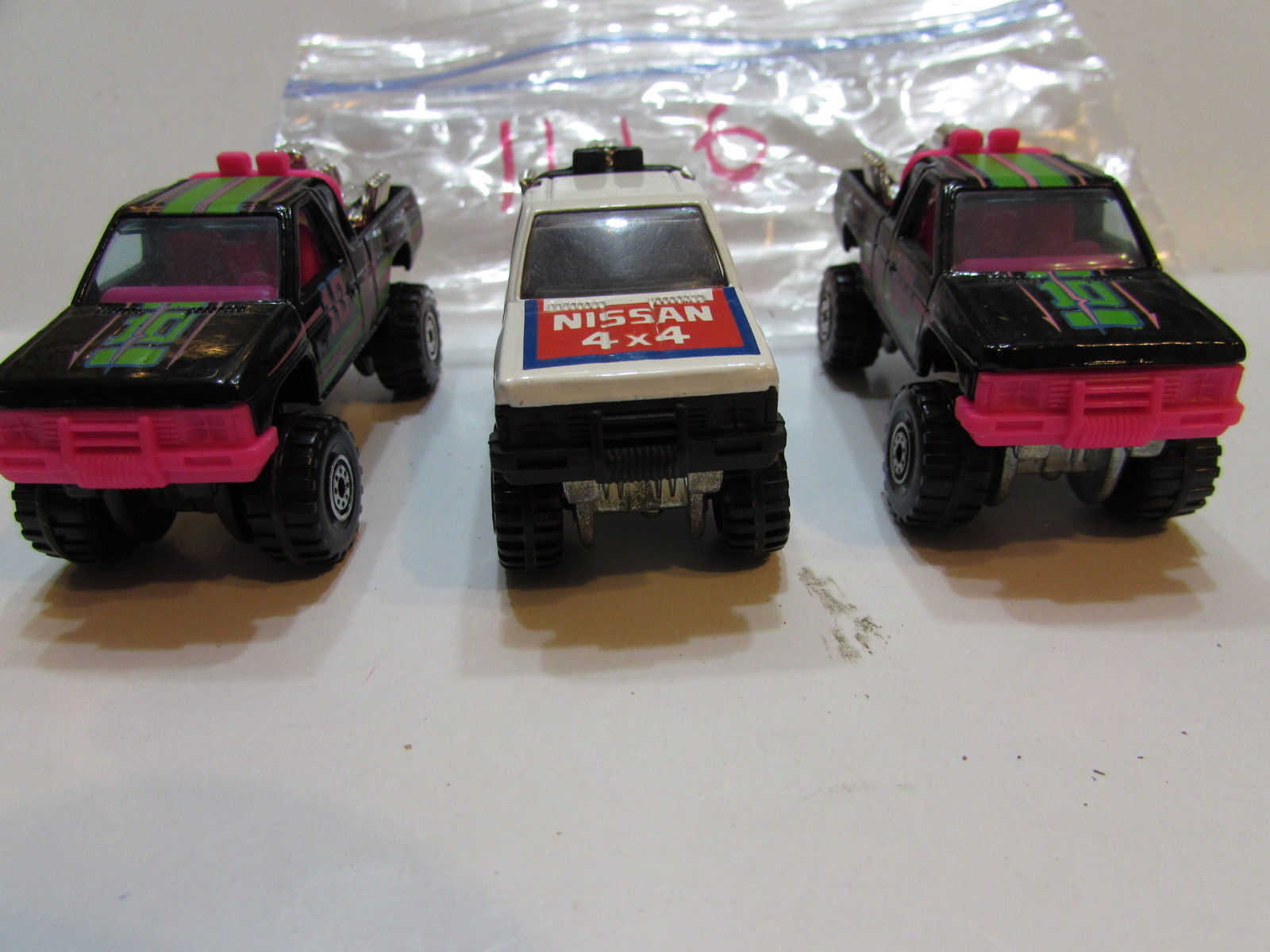 HOT WHEELS LOT OF 3 NISSAN HARD BODY 4X4 WHITE - BLACK LOOSE 1987 MALAYSIA BASE