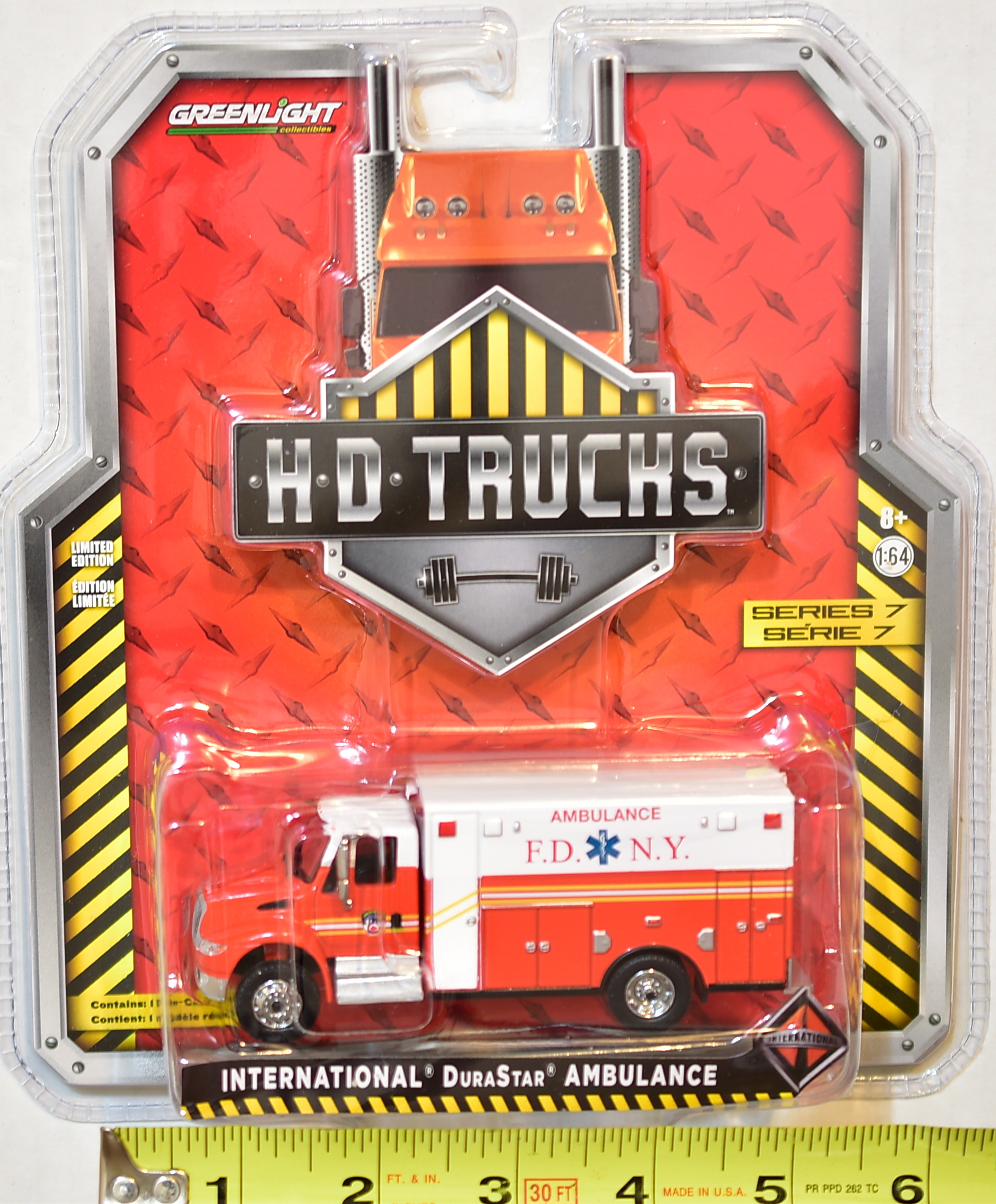 GREENLIGHT .H.D.TRUCKS INTERNATIONAL DURASTAR AMBULANCE SERIES 7 1:64